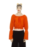 Sarah mit Statement sleeves
